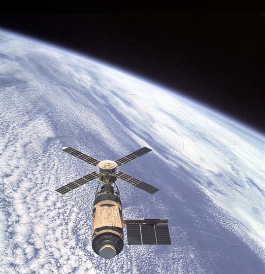 Skylab_and_Earth_Limb_-_GPN-2000-001055