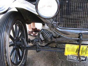800px-Ford_model_t_suspension_triddle
