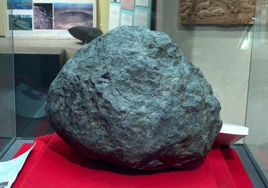 Ensisheim_meteorit_donnerstein_1_vss2007